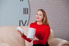 Η γυναίκα με το σωρό παρουσιάζει στο σπίτι Στοκ φωτογραφίες με δικαίωμα ελεύθερης χρήσης