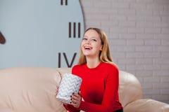Η γυναίκα με το σωρό παρουσιάζει στο σπίτι Στοκ Εικόνες