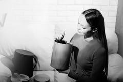 Η γυναίκα με το σωρό παρουσιάζει στο σπίτι Στοκ Φωτογραφίες