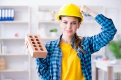 Η γυναίκα με το τούβλο στην έννοια κατασκευής Στοκ φωτογραφία με δικαίωμα ελεύθερης χρήσης