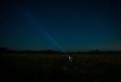 Η γυναίκα με το φανάρι μεταξύ των αστεριών Στοκ φωτογραφία με δικαίωμα ελεύθερης χρήσης