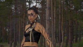 Η γυναίκα με trible makeup do fire παρουσιάζει απόθεμα βίντεο