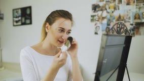 Η γυναίκα μιλά στο τηλέφωνο και κάνει makeup φιλμ μικρού μήκους