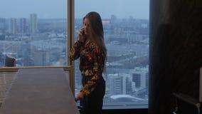 Η γυναίκα μιλά στο τηλέφωνο απόθεμα βίντεο