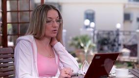 Η γυναίκα μιλά on-line απόθεμα βίντεο