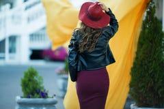 Η γυναίκα μόδας φορά τα θερμά ενδύματα και το καπέλο φθινοπώρου μόδας στο μπροστινό περπάτημα στο κέντρο πόλεων Στοκ εικόνες με δικαίωμα ελεύθερης χρήσης
