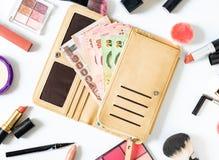 Η γυναίκα ξοδεύει τα χρήματα για τα καλλυντικά και τα προϊόντα και το επίπεδο ομορφιάς βρέθηκαν ψωνίζοντας λευκή γυναίκα ποδιών έ στοκ φωτογραφίες