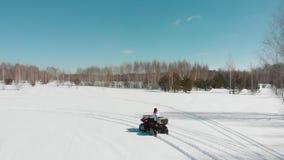 Η γυναίκα οδηγά ένα τετράγωνο σε μια χειμερινή διαδρομή απόθεμα βίντεο