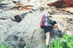 Η γυναίκα οδοιπόρων αναρριχείται επάνω στο τελευταίο τμήμα στα βουνά Ταξιδιώτης που περπατά στην υπαίθρια περιπέτεια τρόπου ζωής στοκ φωτογραφίες με δικαίωμα ελεύθερης χρήσης