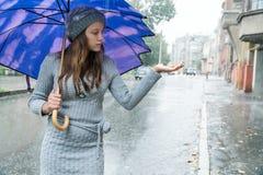 Η γυναίκα δοκιμάζει μια βροχή δύναμης Στοκ εικόνα με δικαίωμα ελεύθερης χρήσης