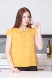 Η γυναίκα δοκιμάζει το κόκκινο κρασί στοκ εικόνες