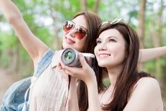 Η γυναίκα ομορφιάς δύο πηγαίνει ταξίδι Στοκ φωτογραφίες με δικαίωμα ελεύθερης χρήσης