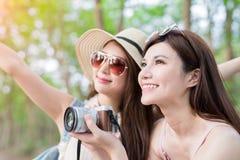 Η γυναίκα ομορφιάς δύο πηγαίνει ταξίδι Στοκ φωτογραφία με δικαίωμα ελεύθερης χρήσης