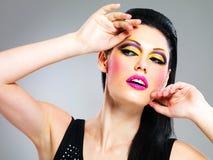 Γυναίκα ομορφιάς με τη μόδα makeup στο πρόσωπο στοκ εικόνες
