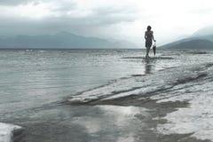 Η γυναίκα ονειροπόλων εξετάζει το άπειρο μια θυελλώδη ημέρα Στοκ φωτογραφία με δικαίωμα ελεύθερης χρήσης