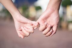 Η γυναίκα & ο άνδρας κρατούν το χέρι στοκ εικόνες