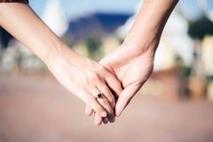Η γυναίκα & ο άνδρας κρατούν το χέρι στοκ φωτογραφίες
