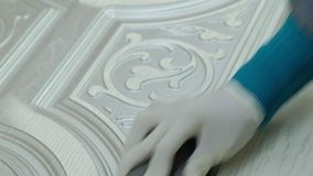 Η γυναίκα, ο εργαζόμενος κάνει την επίδραση των πορτών γήρανσης στρώστε με άμμο την επιφάνεια παραγωγή των εσωτερικών πορτών από  φιλμ μικρού μήκους