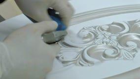 Η γυναίκα, ο εργαζόμενος κάνει την επίδραση των πορτών γήρανσης στρώστε με άμμο την επιφάνεια παραγωγή των εσωτερικών πορτών από  απόθεμα βίντεο