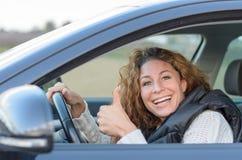 Η γυναίκα οδηγεί το αυτοκίνητό της Στοκ εικόνα με δικαίωμα ελεύθερης χρήσης