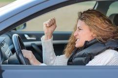 Η γυναίκα οδηγεί το αυτοκίνητό της Στοκ Φωτογραφία