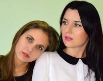 Η γυναίκα ο ξανθός με τα μπλε μάτια και η γυναίκα στο brunette με τα πράσινα μάτια Στοκ Φωτογραφία