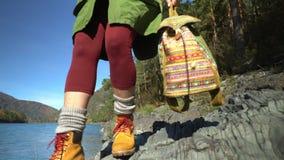 Η γυναίκα ο ταξιδιώτης στις όχθεις του ποταμού βουνών Βουνό Altai απόθεμα βίντεο