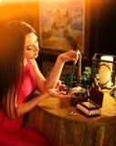 Η γυναίκα πέρα από το κιβώτιο κοσμήματος βάζει το περιδέραιο στο λαιμό της νοσταλγία στοκ εικόνα με δικαίωμα ελεύθερης χρήσης