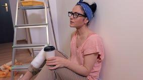 Η γυναίκα πίνει τον καφέ στο σπάσιμο