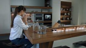 Η γυναίκα πίνει τον καφέ απόθεμα βίντεο