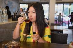 Η γυναίκα πίνει το καυτό τσάι Στοκ Φωτογραφίες