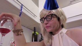 η γυναίκα πίνει το κρασί Σύλληψη απόλυσης φιλμ μικρού μήκους