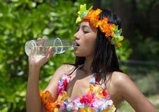 Η γυναίκα πίνει το νερό στοκ εικόνα