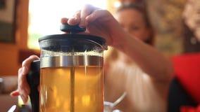 Η γυναίκα πίνει το πράσινο τσάι από teapot διαφανές Οι φίλοι τρώνε τα κινεζικά τρόφιμα σε ένα κινεζικό εστιατόριο απόθεμα βίντεο
