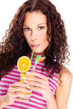 Η γυναίκα πίνει το χυμό από πορτοκάλι, που απομονώνεται Στοκ Φωτογραφίες
