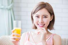 Η γυναίκα πίνει το χυμό στοκ φωτογραφίες