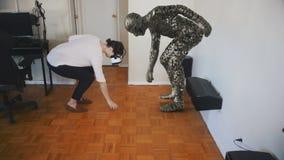 Η γυναίκα παίρνει ένα αντικείμενο στην εικονική πραγματικότητα απόθεμα βίντεο