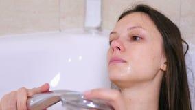 Η γυναίκα παίρνει ένα λουτρό Να φωνάξει με τα κόκκινα μάτια στην κατάθλιψη απόθεμα βίντεο