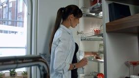 Η γυναίκα παίρνει ένα φλυτζάνι απόθεμα βίντεο