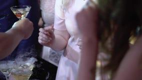 Η γυναίκα παίρνει τα ποτήρια της σαμπάνιας στο κόμμα απόθεμα βίντεο