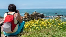 Η γυναίκα παίρνει την εικόνα από το βράχο της Virgin, πόλη Μπιαρίτζ, φράγκο στοκ φωτογραφία με δικαίωμα ελεύθερης χρήσης