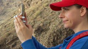 Η γυναίκα παίρνει τη φωτογραφία των απότομων βράχων Los Gigantes Tenerife, Κανάρια νησιά, Ισπανία φιλμ μικρού μήκους