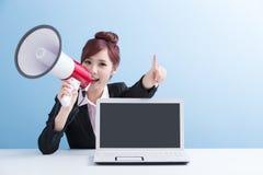 Η γυναίκα παίρνει το μικρόφωνο φωνάζοντας ευτυχώς Στοκ φωτογραφία με δικαίωμα ελεύθερης χρήσης
