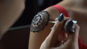 Η γυναίκα παίρνει henna τη δερματοστιξία στον ώμο της απόθεμα βίντεο