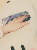 Η γυναίκα παραδίδει το UV οδηγημένο μανικιούρ πηκτωμάτων ξήρανσης λαμπτήρων Στοκ φωτογραφία με δικαίωμα ελεύθερης χρήσης