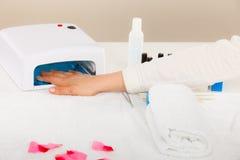 Η γυναίκα παραδίδει το UV οδηγημένο μανικιούρ πηκτωμάτων ξήρανσης λαμπτήρων Στοκ εικόνες με δικαίωμα ελεύθερης χρήσης