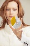 Η γυναίκα παρουσιάζει διάγραμμα πιτών, διάγραμμα κύκλων Έννοια επιχειρησιακού analytics Στοκ Φωτογραφία