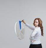 Η γυναίκα παρουσιάζει διάγραμμα πιτών, διάγραμμα κύκλων Έννοια επιχειρησιακού analytics Στοκ φωτογραφίες με δικαίωμα ελεύθερης χρήσης