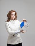 Η γυναίκα παρουσιάζει διάγραμμα πιτών, διάγραμμα κύκλων Έννοια επιχειρησιακού analytics Στοκ εικόνες με δικαίωμα ελεύθερης χρήσης