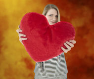 Η γυναίκα παρουσιάζει μαξιλάρι καρδιών Στοκ Εικόνα